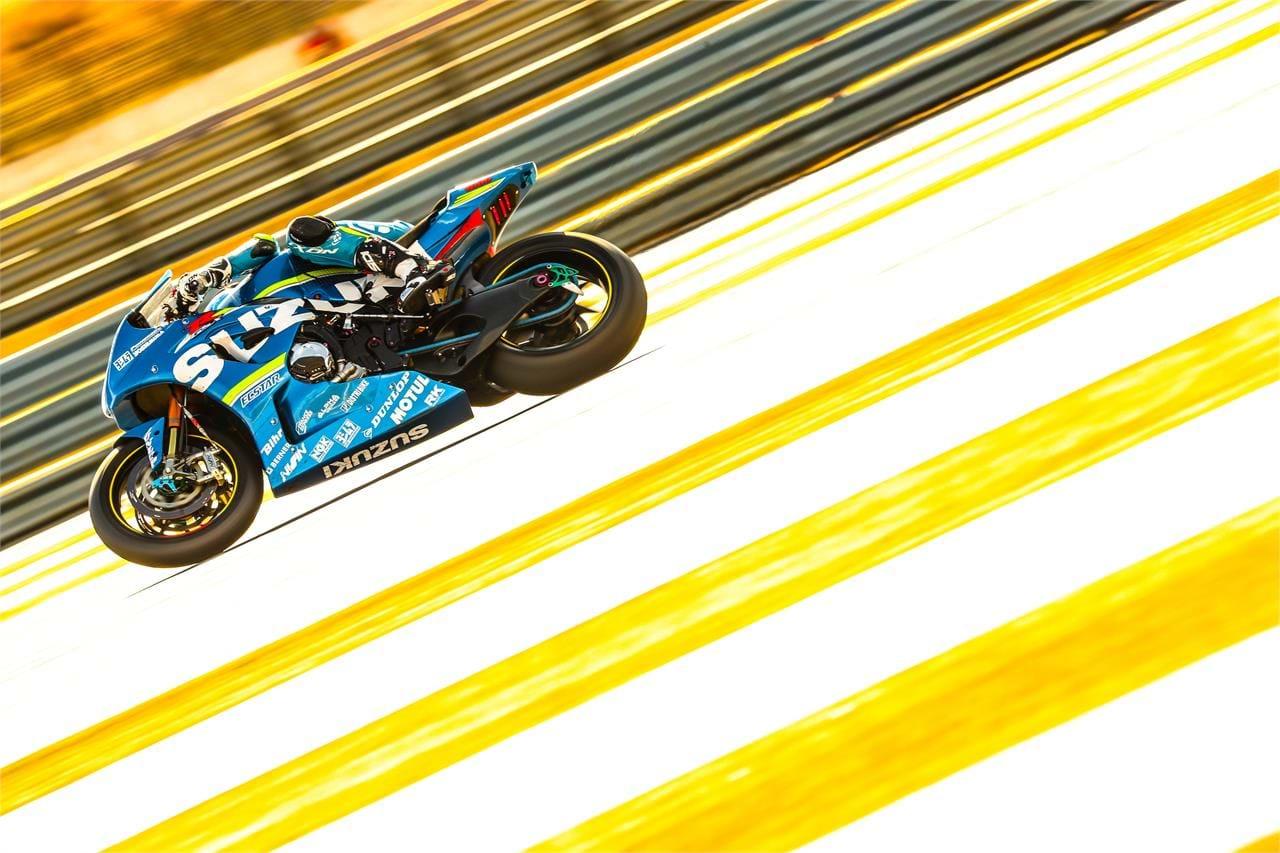 Suzuki XRJ1 motorbike - high-speed action